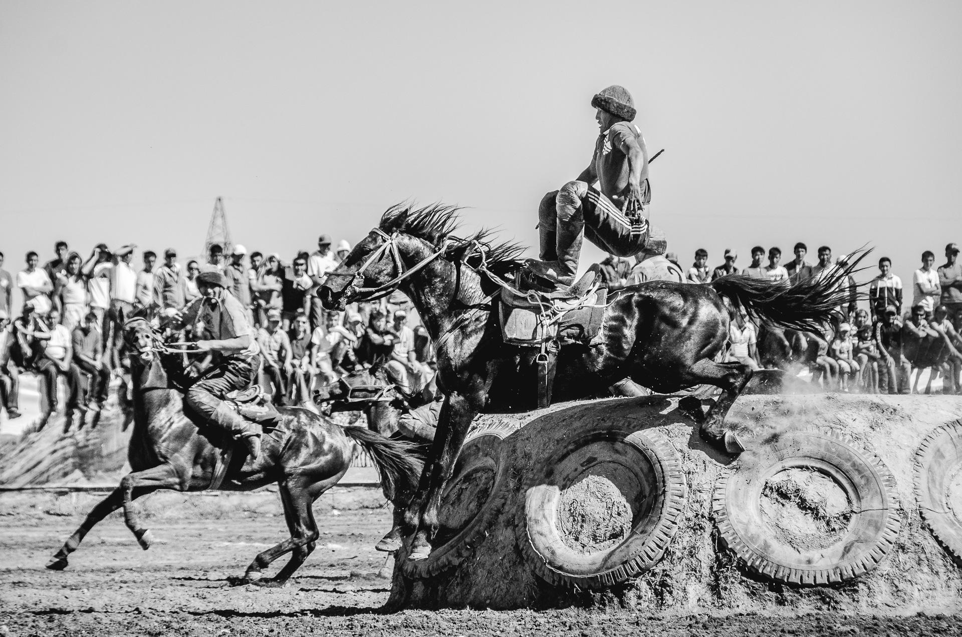 Kirgiz leci z konia